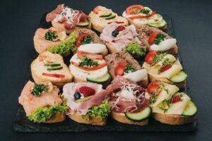 Hnutas-Canapes-Mix - Klassisch und zeitlos für Firmenfeiern: Sekt, Brötchen & Desserts aus einer Hand!