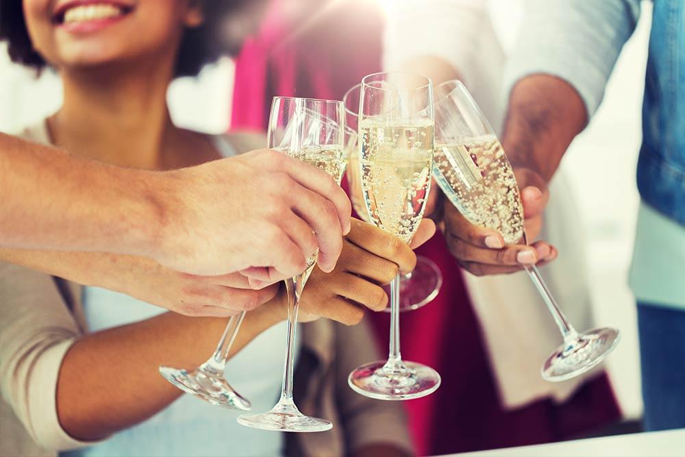 Klassisch und zeitlos für Firmenfeiern: Sekt, Brötchen & Desserts aus einer Hand!